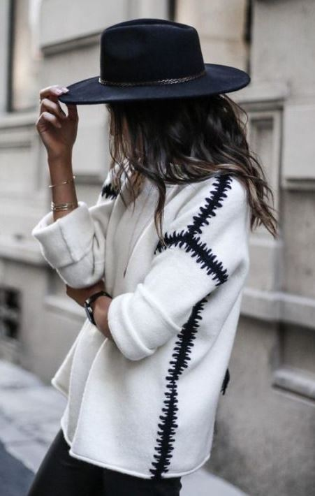 cozy outfit to try this fall : black hat + sweater + black skinnies
