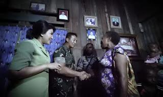 Kasad Jenderal Andika berbincang dengan keluarga Serda Yulianus