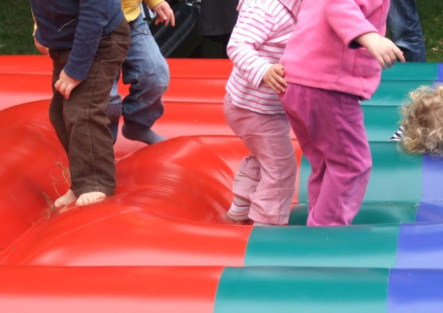 Hüpfburgen sind toll! 15 nützliche Tipps für einen entspannten Besuch von Großveranstaltungen mit Kindern