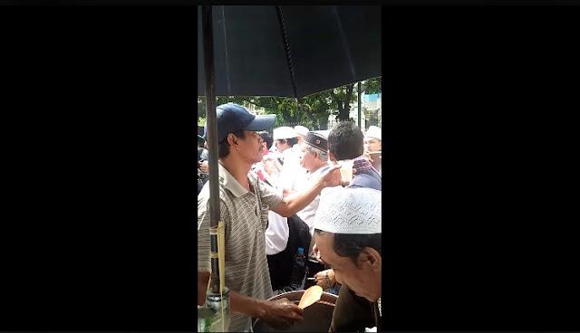 Uang Seakan Tak Laku, Penjual Es di Aksi 212 Minta Dibayar Pakai Doa