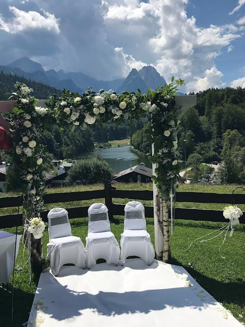 Freie Trauung auf der Bergwiese am See, Alpspitzblick, Hochzeit zu Dritt, kleine Familienhochzeit, Riessersee Hotel Garmisch-Partenkirchen, Bayern, freie Trauung