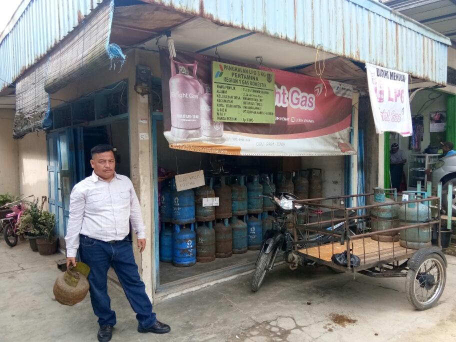 Seorang warga masyarakat Desa Mananti Sosa Jae, Kecamatan Huragi Kabupaten Padang Lawas saat akan membeli gas LPG 3 Kg isi ulang, namun pasokan gas LPG 3 Kg sudah habis terjual.