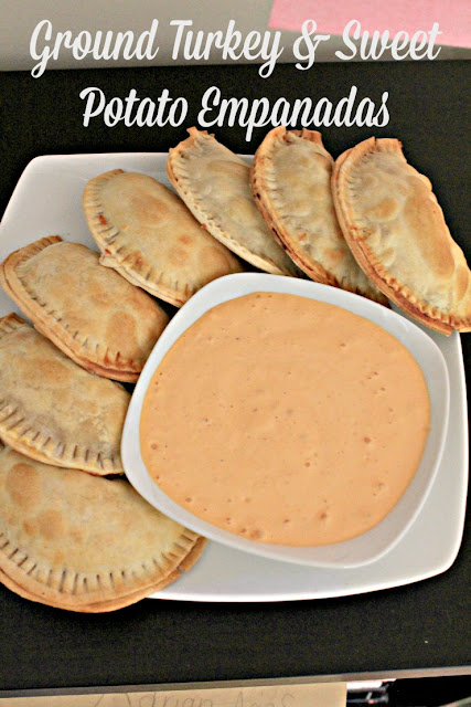 These baked ground turkey and sweet potatoes empanadas are the perfect recipe for gameday food, March Madness parties, Superbowl food, or easy meals for a crowd. Served with a roasted red pepper aioli, they are also an easy appetizer for parties!