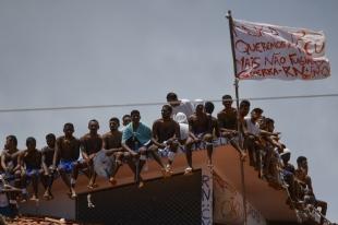 RIO GRANDE DO NORTE:  Motim em Alcaçuz chega ao sétimo dia e presos voltam ao teto de pavilhões