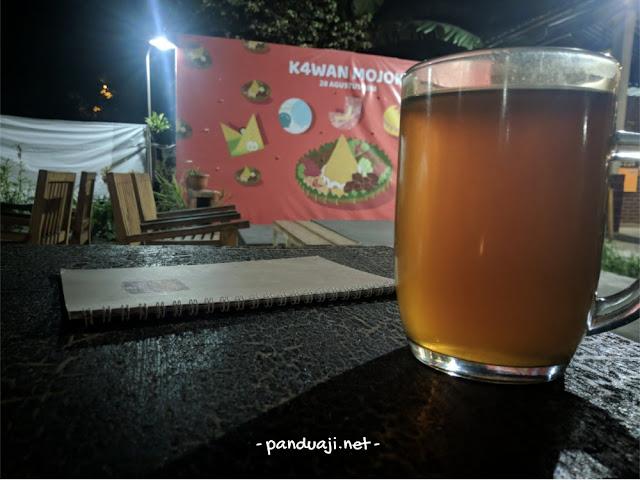 Segelas teh khas Warung Mojok Jogja