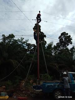 Tiang Diperbaiki, Listrik di Wilayah Kecamatan Sandes Nyala Kembali