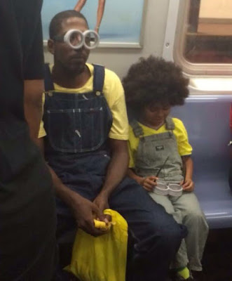Padre e hijo disfrazados de minions