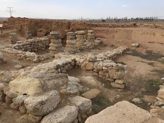 vista de una de las habitaciones en ruinas desde dentro, con paredes formadas por piedras de una altura no superior a las rodillas