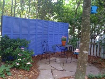 Pagar yang terbuat dari jendela shutter bekas ini bagus digunakan untuk menciptakan privasi di halaman belakang atau kebun rumah.