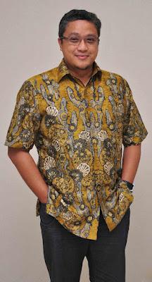 Biografi Dede Yusuf  Yusuf Macan Effendi atau populer dengan nama Dede Yusuf, lahir di  Jakarta, 14 September 1966. Dede sebelumnya dikenal sebagai seorang aktor  laga baik sinetron maupun layar lebar, namun belakangan dirinya terjun di dunia politik. Sebagai politikus, dirinya kini menjadi anggota Dewan Perwakilan Rakyat  (DPR-RI) dari Partai Amanat Nasional (PAN). Bahkan beberapa kali namanya muncul dalam bursa calon gubernur dan wali kota.   Dede sendiri adalah anak kedua dari pasangan (alm) Ir. Tammy Effendi dan  penyanyi Rahayu Effendi, sedangkan kakak kandungnya adalah Bob Soelaiman  Effendi. Almarhum ayah Dede bekerja sebagai Direktur di Taman Ismail  Marzuki (TIM), yang mengurusi tempat pertunjukan dan kesenian tersebut.  Sementara ibunda, adalah seorang penari di Istana Bogor dan Pramugari  Garuda yang beralih profesi menjadi bintang film pada 1965.  Saat kehamilan Dede, ibunya masih harus membintangi sebuah film, dan  ketika Dede lahir, salah satu filmnya, MACAN KEMAYORAN sukses di  masyarakat. Hal inilah yang membuat ayahnya menamakan dirinya dengan nama  Macan. Dede remaja banyak tertarik pada olahraga Body Building dan Beladiri.  Smenjak SMP dirinya telah mengikuti program Weight Training seperti  idolanya aktor Hollywood yang kini menjadi gubernur Kalifornia, Arnold  Schwarzenegger. Tidak hanya pencak silat yang dipelajarinya, Dede