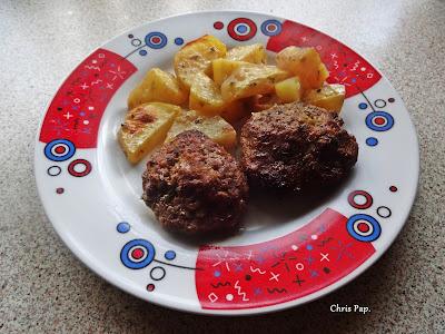 Μπιφτεκια και πατατες στο φουρνο σε πιο ελαφρια εκδοχη για ελαφρα διατροφη,σερβιρισμενα σε πιατο με κοκιννα σχεδια