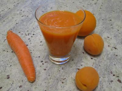 Verre de smoothie bonne mine abricots carotte et orange