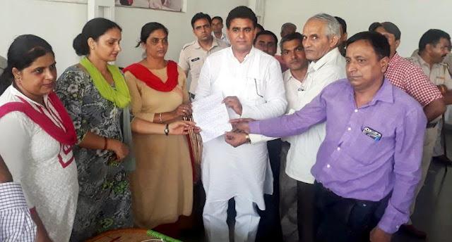 Guest teachers submit their memorandum to Congress MLA Lalit Nagar