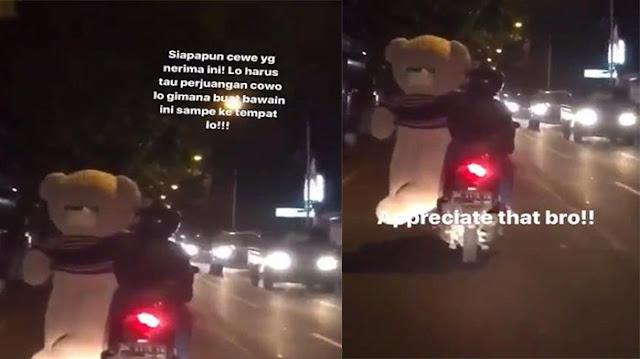 Ada Yang Berani Lakukan Ini Untuk Pacarnya? Cowok Ini Bawa Boneka Besar Pakai Motor Banjir Pujian Dari Netizen