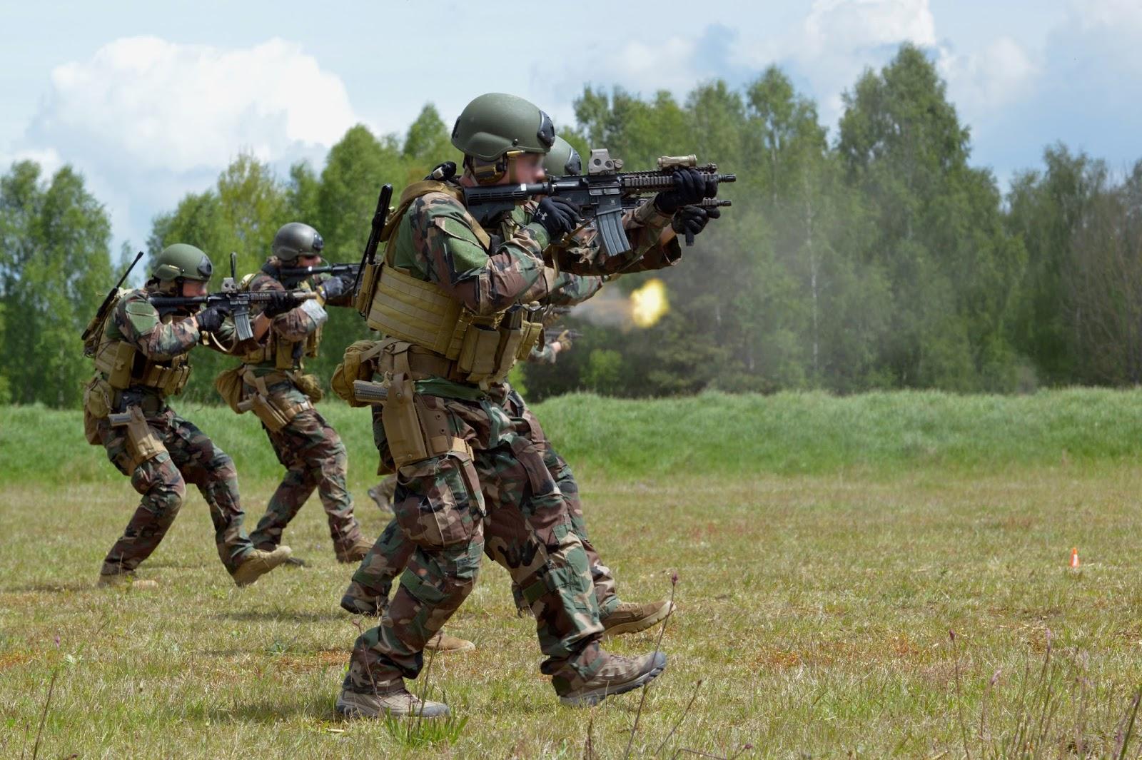 Fotografia 1  Quadros operacionais do MARSOC (Comando de Operações  Especiais dos Fuzileiros Navais) norte-americanos executam treinamento de  tiro de combate ... a243ca60572