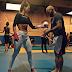Sequência de abdominais feita pela Camila Guper na sua aula de luta