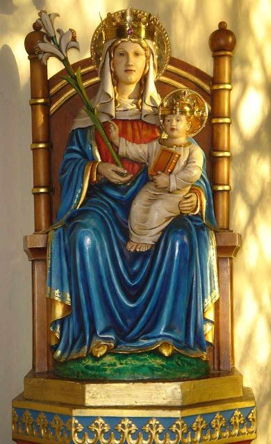 Nossa Senhora de Walsingham, padroeira da Inglaterra. A imagem original foi queimada durante a perseguição mencionada pelos 1.000 sacerdotes