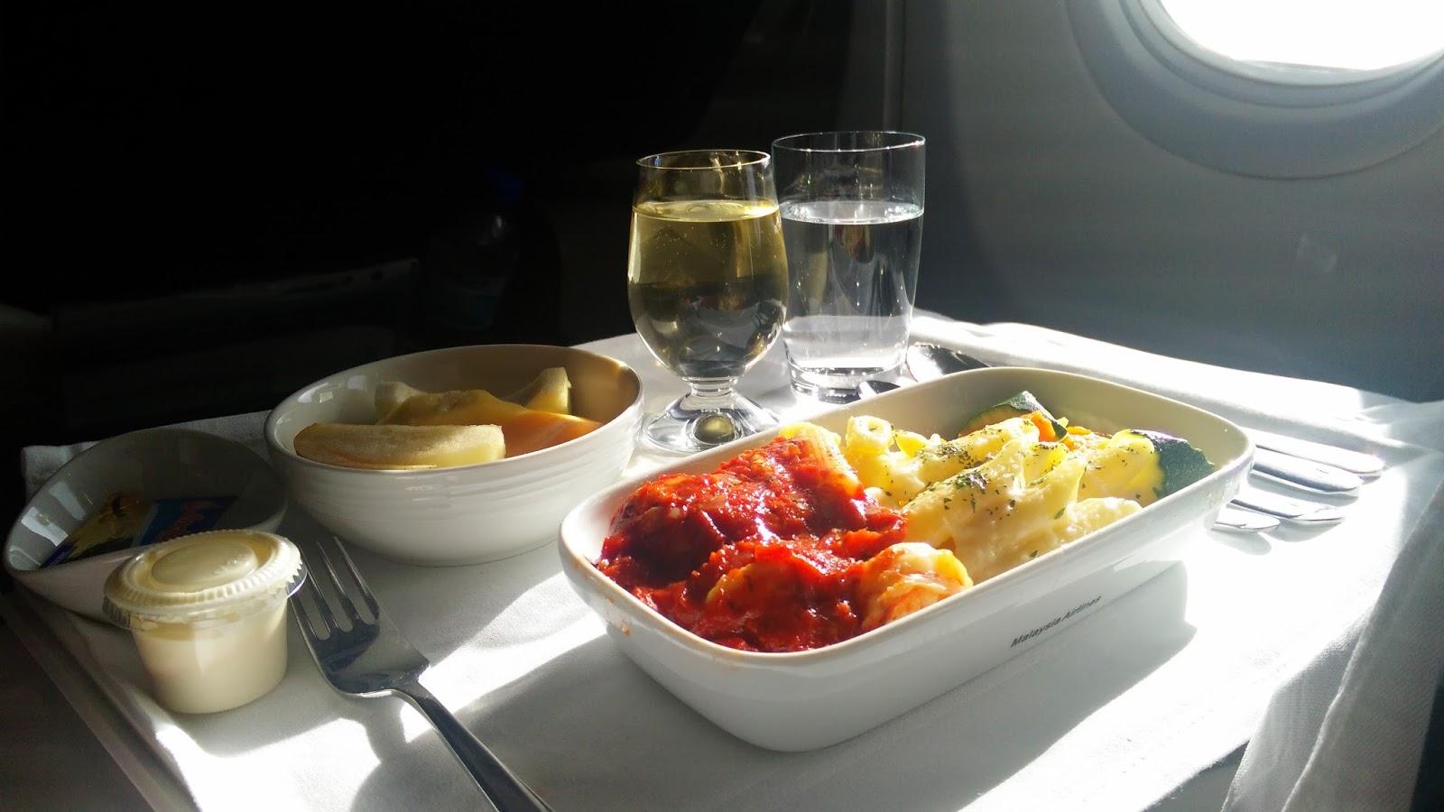 黑老闆說︱空姐說他們供應的是早午餐,不是早餐,所以還有主菜,今天吃的是明蝦筆管麵。