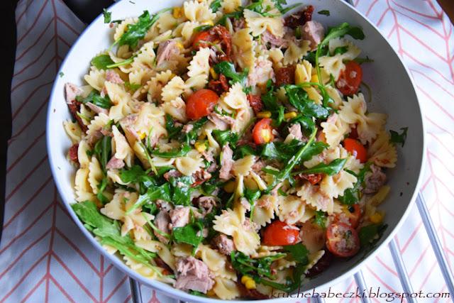 Makaron z tuńczykiem, pomidorami, kukurydzą i rukolą