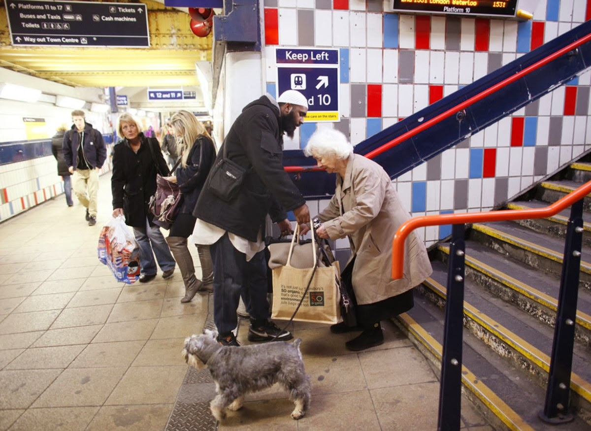 When this man stopped what he was doing to help an elderly woman with her bags.