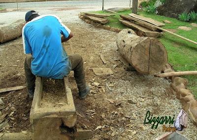 Já executando o monjolo de madeira de Jacarandá. Fazendo o cocho de madeira onde vai cair a água para o monjolo funcionar na peça de madeira ao lado onde vamos colocar o eixo de madeira do monjolo.