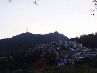 Vista da Vila Chica Luisa (no primeiro plano) e dos picos do Jaraguá e do Papagaio (no fundo da foto) a partir da rua Alpestre, na Vila Eliana
