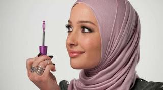 Bolehkah seorang wanita memakai kosmetik saat berwudhu??