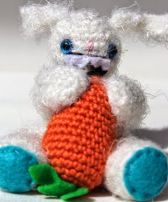 http://www.thesunandtheturtle.com/2012/08/amigurumi-bunny-with-carrot-free-pattern.html#more
