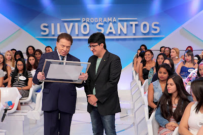 Silvio recebe placa das mãos de Fabrício Correia (Crédito: Lourival Ribeiro/SBT)