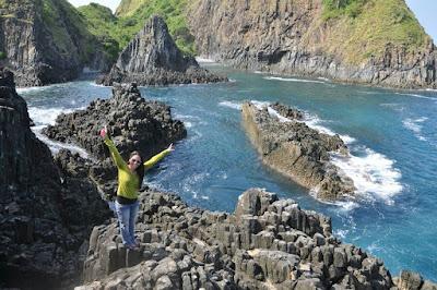 Suasana Planet Luar Angkasa Dibalik Tebing Pantai Semeti Lombok