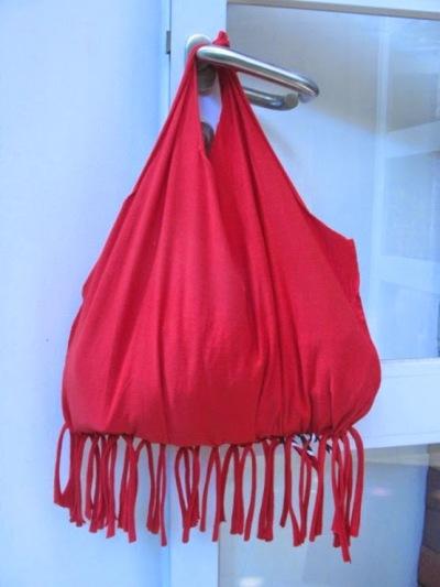 Tas tote bag dari bahan t-shirt atau kaos bekas.