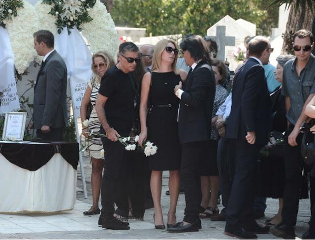 Σπάραξαν οι επώνυμοι στην κηδεία του Λάμπρου Χαβέλα -Κόντεψε να καταρρεύσει η Στεφανίδου (Photos)