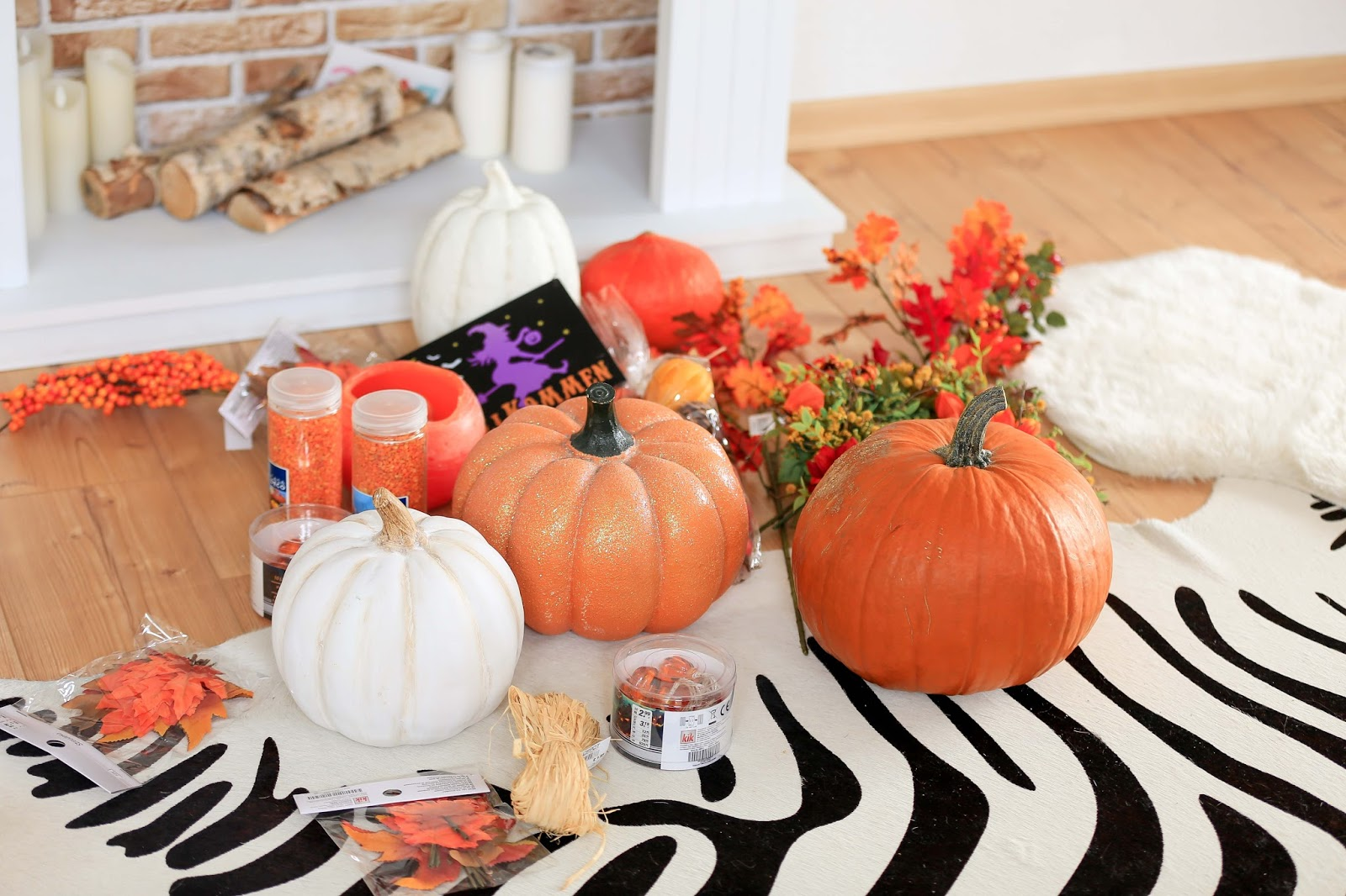Herbstdeko-wie-dekoriere-ich-im-herbst-Herbstoutfit-Kürbisse-halloweenstyle-halloween-Was-ziehe-ich-zu-halloween-an-halloween-party-idee-dekoration