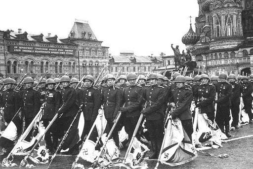 Nazi Bayrakları Sovyet Askerlerinin Elinde - Парад Победы