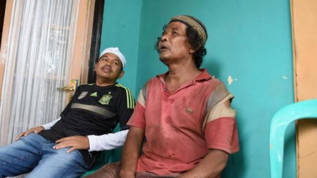 Kakek Anah Memulung Sampah Demi Hidupi Istrinya yang Buta