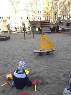 Endlich wieder Spielplatz! Das Kind buddelt zufrieden im Sand.