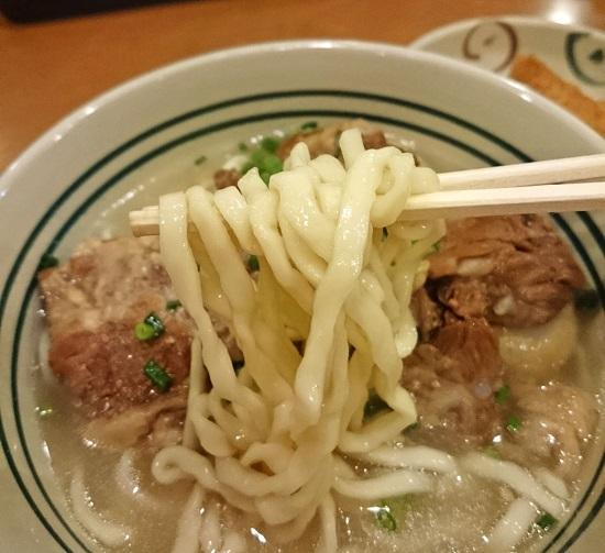 軟骨ソーキそば(大)の麺の写真