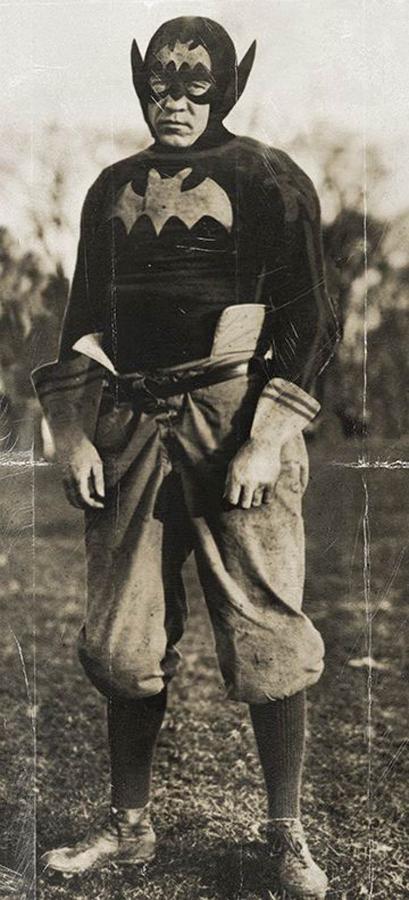 hombre disfrazado con disfraz antiguo de batman