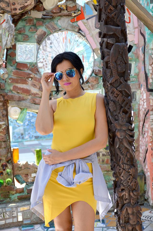 Philadelphia's Magic Gardens-Cómo combinar un vestido amarillo con zapatillas blancas- camisas amarradas a la cintura- MariEstilo- Fashion Blogger