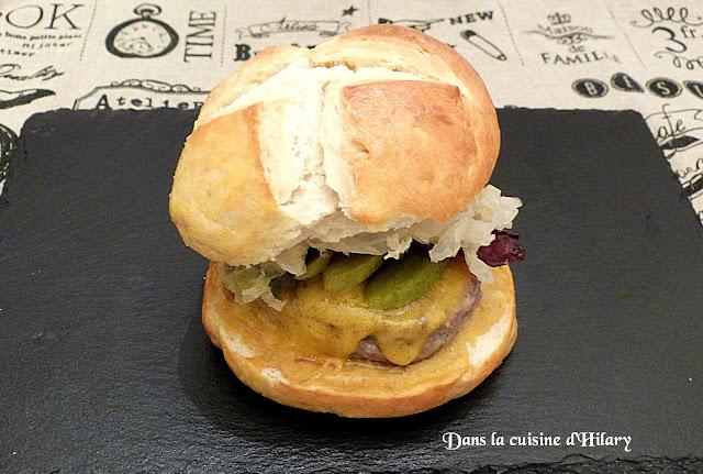Bretzel burgers à la choucroute, bacon, steak de porc et cheddar