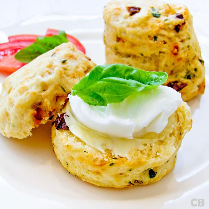 Recept Scones met zongedroogde tomaten en basilicum, belegd met mozzarella