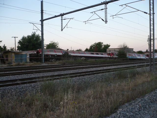 Δύο νεκροί και επτά τραυματίες, εκ των οποίων οι τρεις σοβαρά, είναι ο τραγικός απολογισμός του σιδηροδρομικού δυστυχήματος  200 μέτρα από το χωριό Άνδεδρο, έξω από τη Θεσσαλονίκη.