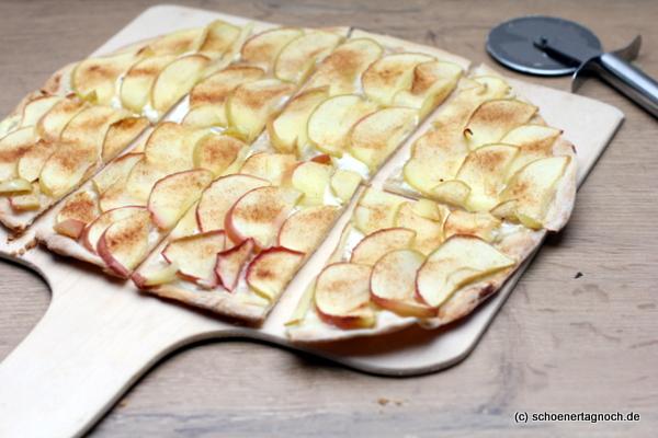 Süßer Flammkuchen mit Apfel, Schmand und Zimt-Zucker