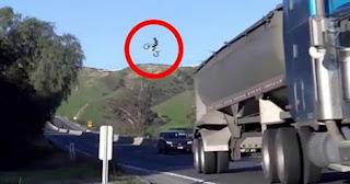 شاهد بالفيديو راكب دراجة يعبر طريقا مزدوجا بقفزة طويلة  جد خطيرة