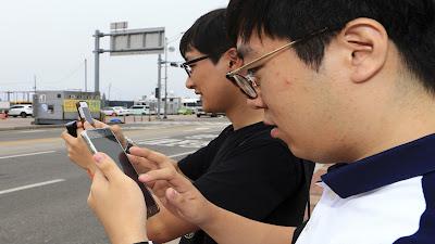 chinos jugando un análogo de Pokemon Go para cazar mensajes de sifuntos