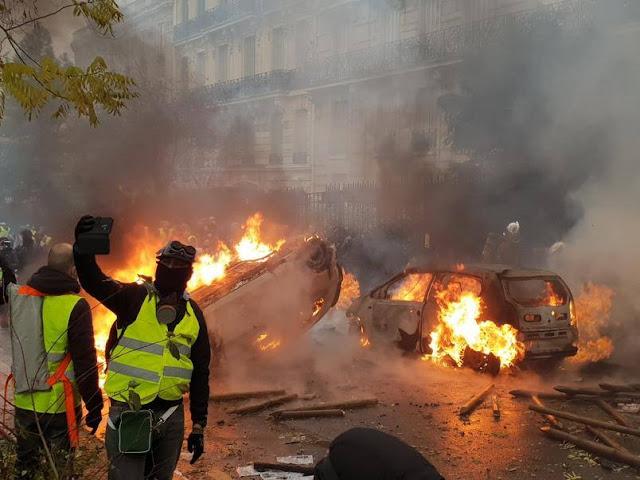 Η Γαλλία στις φλόγες