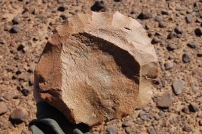 Una delle pietre scheggiate scoperte nel sito di Lomekwi