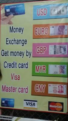 Foto van een poster waarop men aanbiedt om geld te wisselen