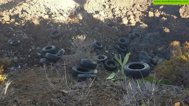 El Ayuntamiento de Los Llanos de Aridane denuncia un vertido ilegal de neumáticos en las coladas de San Juan, en el barrio de Las Manchas