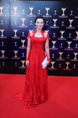 Cewek cantik Asmiranda tampal dengan mengenakan gaun merah seksi